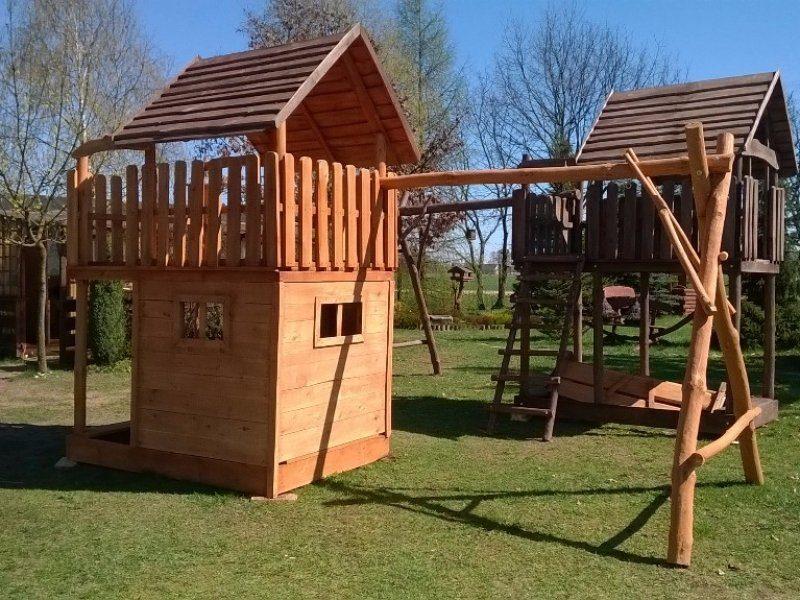 Drewniany domek dla dzieci z huśtawką