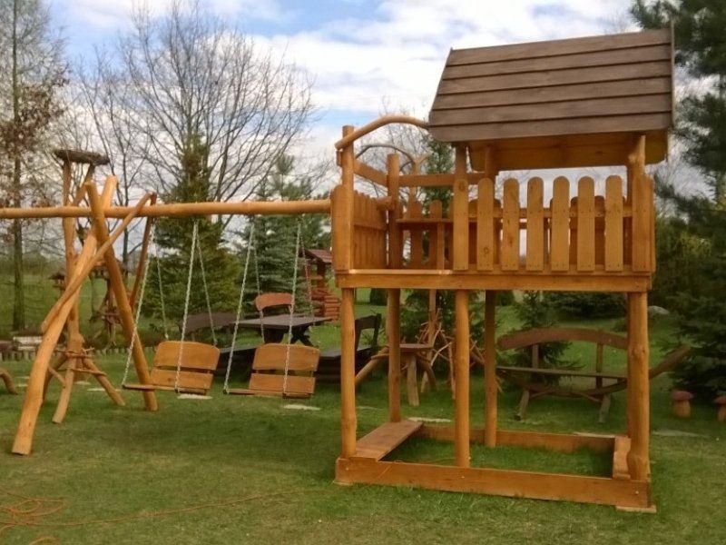 Drewniany domek na platformie (130×200) z drabinką lub schodkami i plastikowym ślizgiem (3m dł.)
