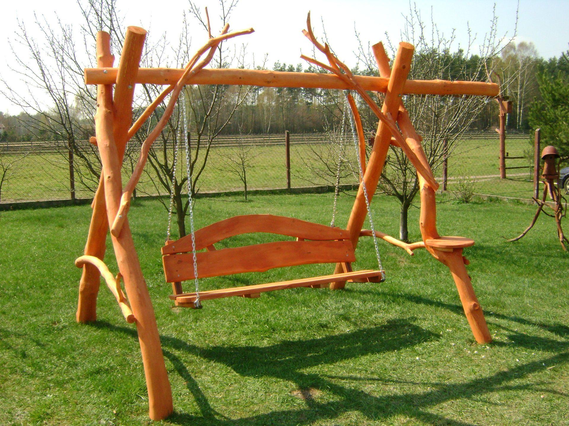 drewniana hustawka ogrodowa ze stolikiem
