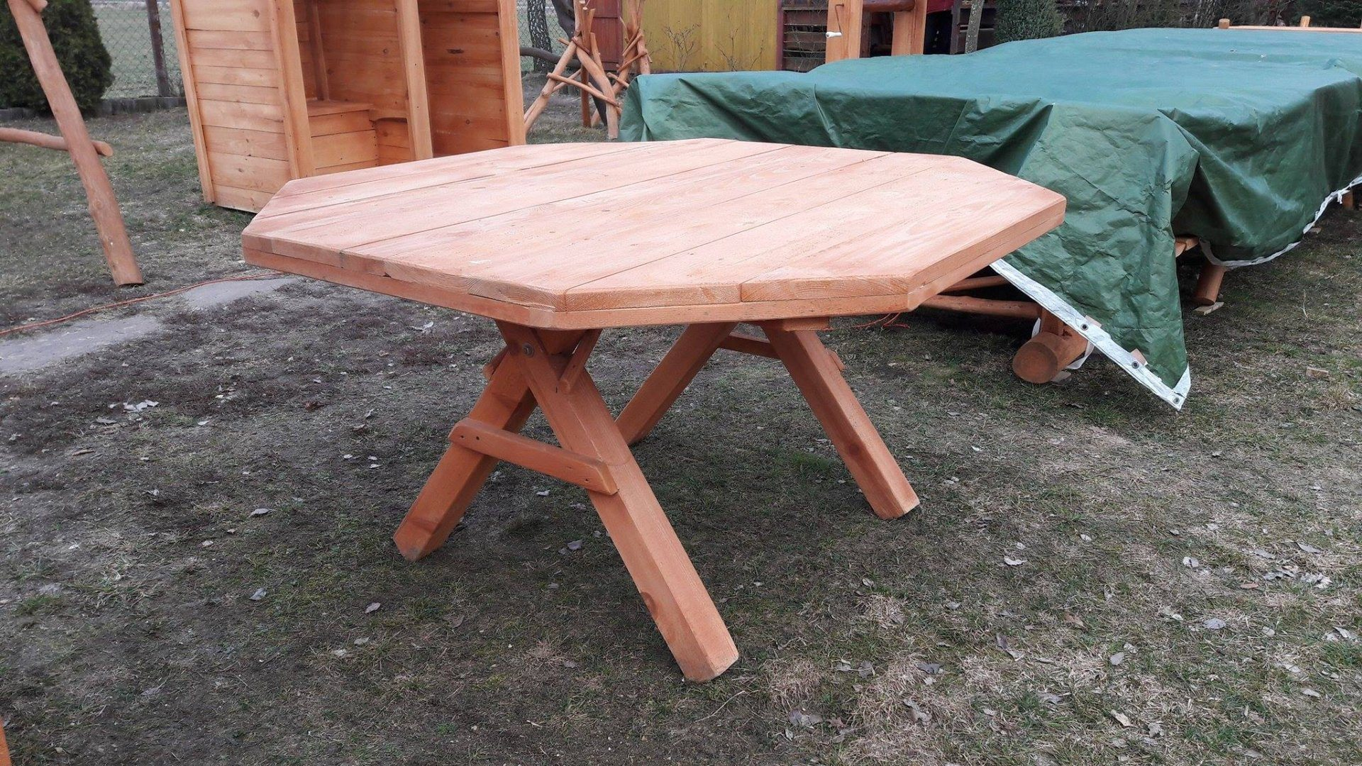 Biesiadny stół ogrodowy
